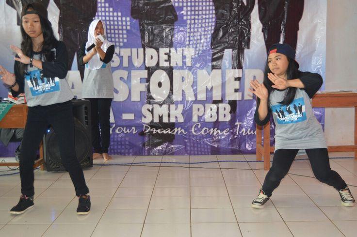 Miftahul Janah dan Karmila ekskul Student Transformers SMA PBB Arjasari kab.Bandung