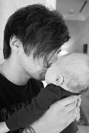 ルイトムリンソン愛息子へのキス写真を公開