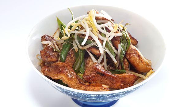 CHOP SUEY - COCINA ORIENTAL. Ingredientes: 4 cucharadas de salsa de soya 2 cucharaditas de azúcar blanco 500 g de pechugas de pollo deshuesadas y sin piel 3 cucharadas de aceite de oliva 2 tallos de cebollín 2 dientes de ajo 200 g de brotes de soya 3 cucharaditas de aceite de sésamo 1 cucharada de maicena 3 cucharadas de agua 250 ml de caldo de pollo  Preparación: Mezclar la salsa de soya con el azúcar, removiendo hasta que se disuelva por completo. Limpiar las pechugas de piel y grasa…