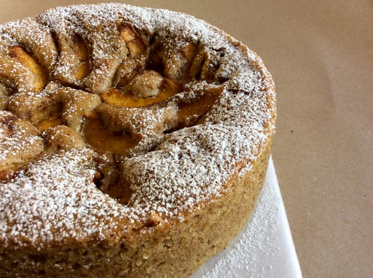 Torta frutal de duraznos 🍑 y almendras. Suave y esponjocita, lo que necesitas para invitar a papá a tomar un café. 14-15 porciones $36.000