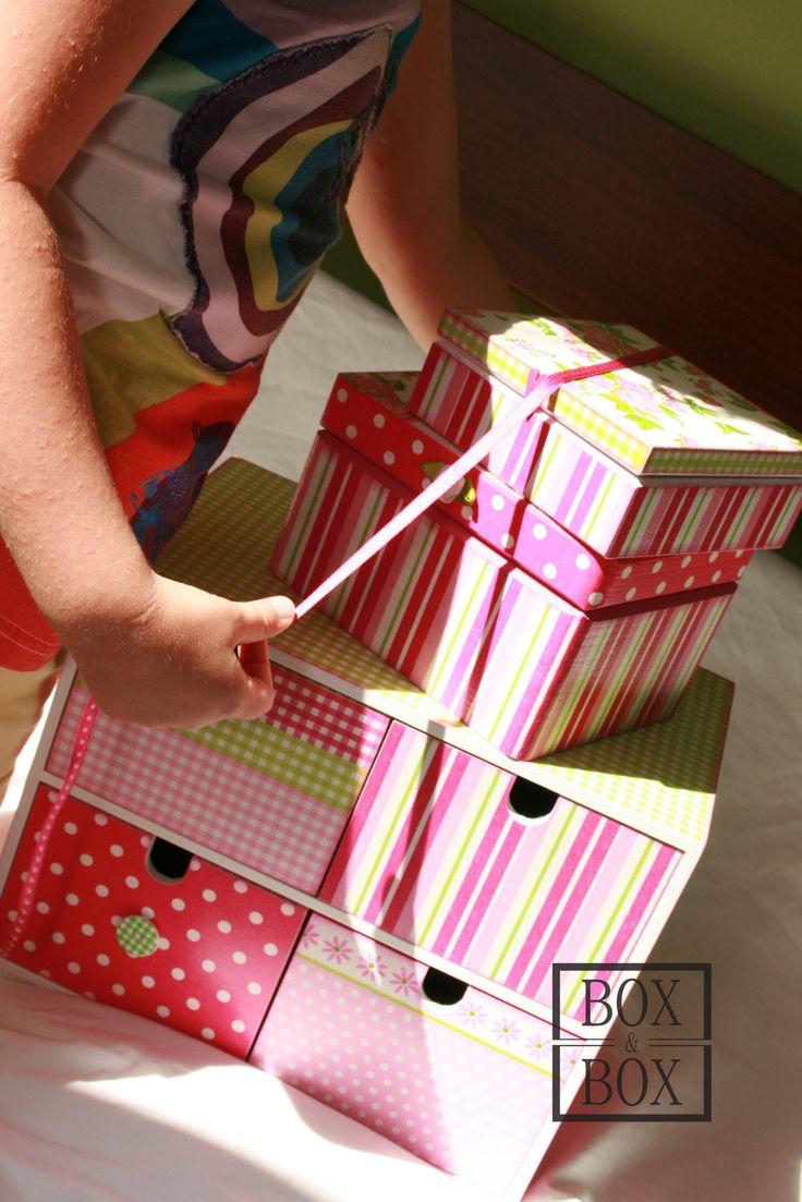 Komoda Růženka Komoda se čtyřmi šuplíky - překližka, záda a dna šuplátek sololit. Záda a celé vnitřky šuplátek polepené látkou. Rozměry - 28,5 x 18,5, výška 21,5 cm. Hodí se k této a této...