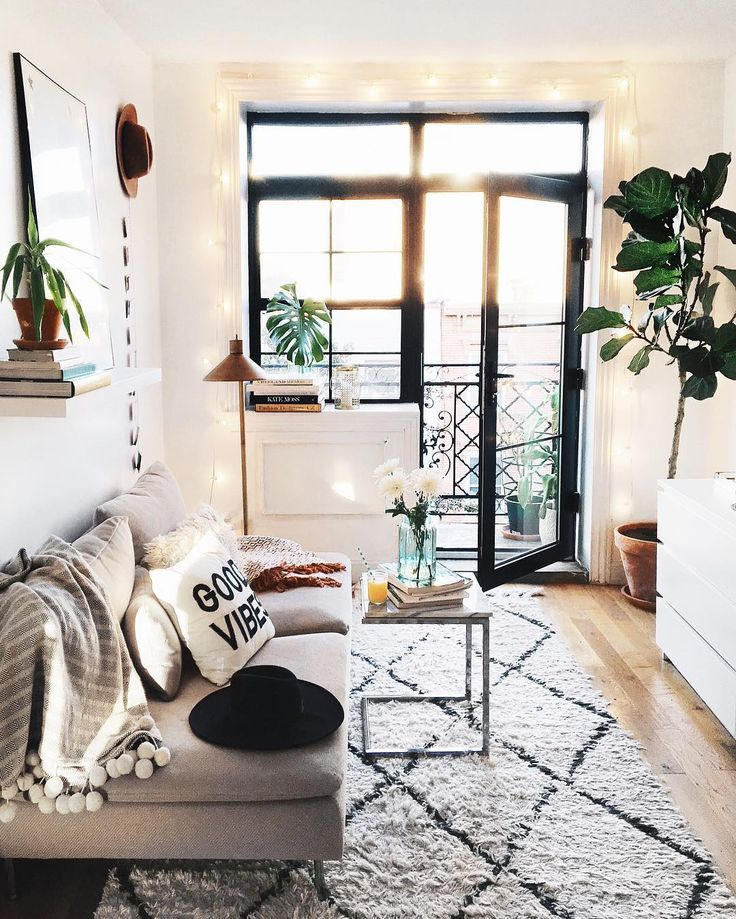 moroccan rug // pom throw // sun hat // fedora // living room ideas
