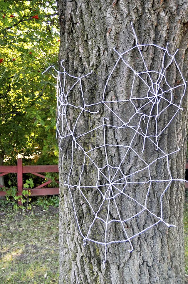 20 Spooktacular DIY Halloween Decorations: Yarn Spiderwebs