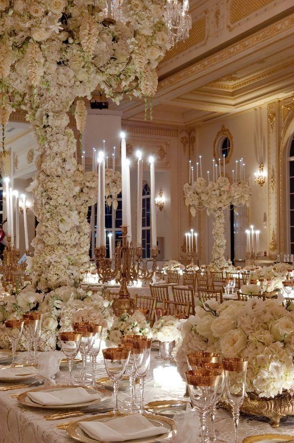 Már kislánykoromban is áhítattal figyeltem az esküvői ceremóniákon a menyasszonyokat. Gyönyörű ruha, virágok, fátyol. Különös rajongásom mára kiterjedt a teljes esküvőkre. Helyszínek, menüsorok, koszorúslány ruhák, asztaldíszek, minden apró részlet kidolgozása felér egy megvalósult az álommal, az alábbi különleges helyszíneket elnézve, pedig csak fohászkodni tudok, hogy egy szép napon nekem is megadassék egy meseszép lakodalom. Sorstársaimnak gyönyörködés, esetleg sokkhatás, leendő aráknak…