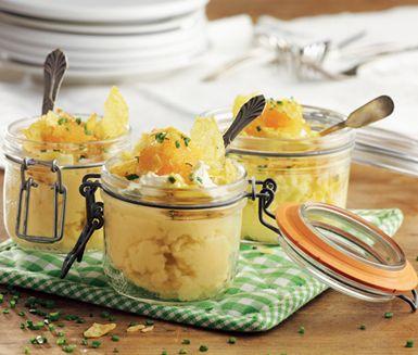 Recept: Citronspetsad mandelpotatispuré med pepparrotskräm, löjrom och chips