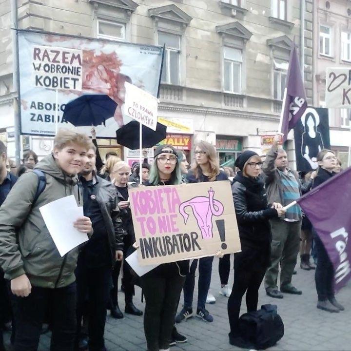 #CzarnyProtest w Lublinie- kilkaset osób - ale też narodowcy i obrońcy życia. #TOKFM #radio #czarnyprotest #lublin #invitro #aborcja #kobiety #kobieta #Polska #prawo #polityka #sejm #PiS #zdrowie #TOKFM