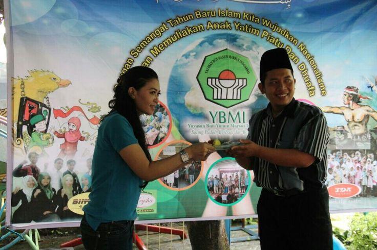 Penyerahan bantuan panti asuhan YBMI