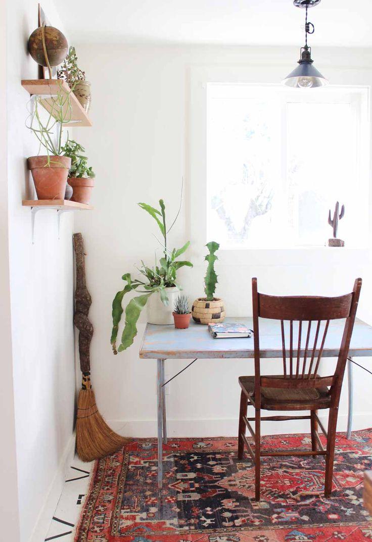 Domowe biuro z drewnianymi meblami w stylu vintage