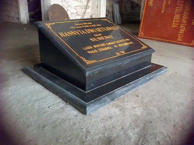 Standar model prasasti makam, berbahan granit hitam, ini biasanya banyak sekali di pesan dan di pasang di pemakaman umum, simpel elegan dan dinamis membuat desain ini sangat banyak diminati bahkan menjadi trend di masyarakat untuk membuatkan makam almarhumnya sesuai model seperti ini Kontak kami : 085102315430 081357603030 BB  2657B7A6