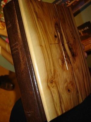 Spanish Bible with Olive Wood Cover from Jerusalem, Golden Edges / La Biblia Dios Habla Hoy / JERUSALEM Millenium 2000 Edition / Edicion Interconfesional de Referencia
