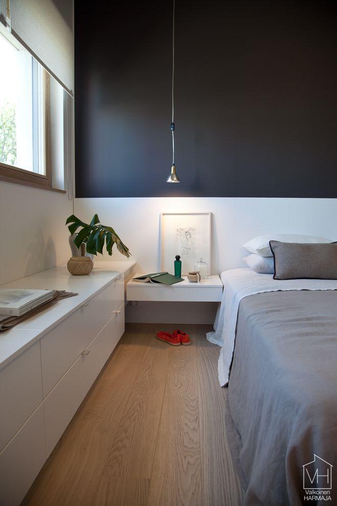 Sängynpääty jatkuu koko seinän leveydeltä. Taustaseinä tuo kivan kontrastin. Sivuseinällä lisää säilytystilaa.