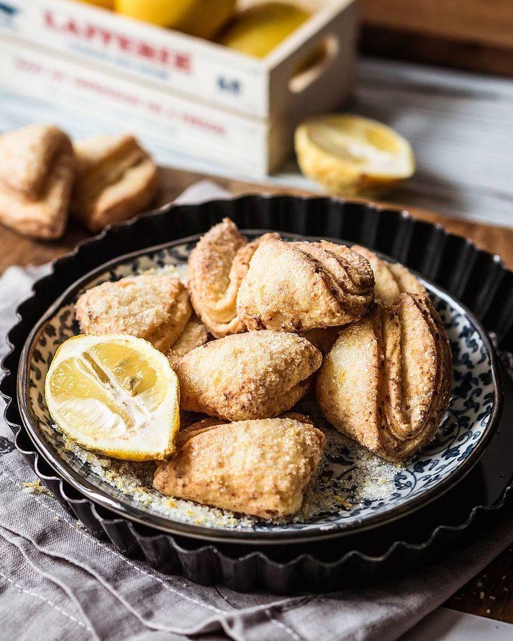 Cottage cheese lemon sugar #cookies #💛 made and shot for @creme_brulee_mgzn latest issue 😌#🍪 #печенье  Зима закончилась и дни понеслись просто в бешеном ритме 🙈🔫 Не успела даже приготовить торт по случаю собственного др, вот позор 😨🙈🔫 Зато в планах торт к этим выходным, просто так 😊😋  А на фото простейшие творожные печенья, знакомые многим из нас с детства 💛😌🍪 Добавила в сахар лимонную цедру, но можно было хоть пряности, хоть измельчённые цветки лаванды/ розы, хоть…