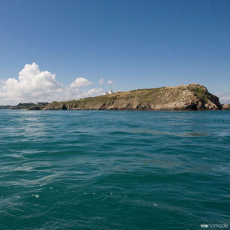 La Pointe du Grouin et son azur en Bretagne, France. Arrivée en voilier vers Cancale!