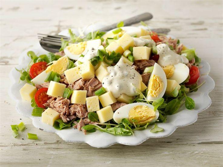 Maukkaan ja ruokaisan juustosalaatin voi valmistaa myös kevyemmin: valitse juustoksi Valio Turunmaa® 15%  ja tee kastike kevyempään kermaviilipohjaan. Mehevyyttä ja hyviä rasvahappoja salaattiin saadaan tonnikalasäilykkeen myötä.