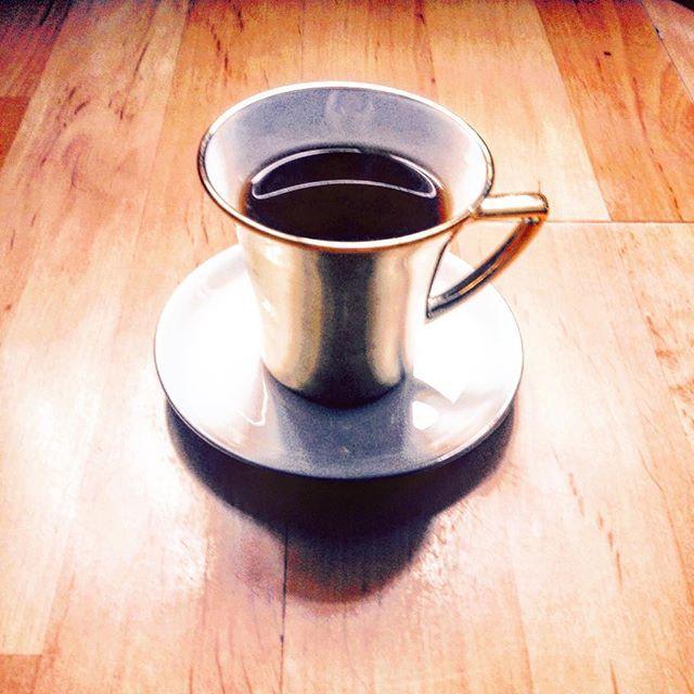 Wieczór w słońcu. #herbata #czasnaherbatę #kochamherbate #filiżanka #tea #tealover #teatime #instatea #relaks #relax #evening #wieczór #golden #złoty