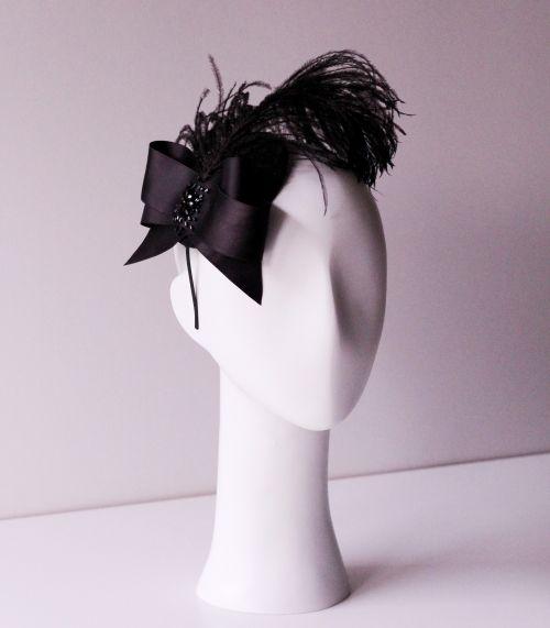 Czarny wieczorowy fascynator z delikatnym piórem, kokardką oraz kryształkami w stylu lat 20-tych