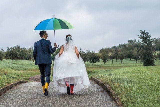"""Heute steht wieder eine Hochzeit an und ich freue mich schon, dass es gleich los geht. Denn auch (oder erst recht) bei Hamburger Schietwetter lassen sich wundervolle Fotos machen. """"No flowers without rain"""" ❤️ #ichmagschietwetter #hamburgerhochzeit..."""