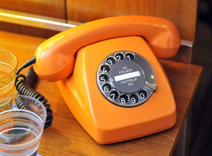 Plastik-Telefon im Knallorange der 70er-Jahre