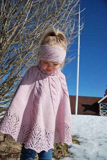 """""""Elfie"""", et sett med strikket Poncho, Pannebånd, og Pulsvanter for barn."""