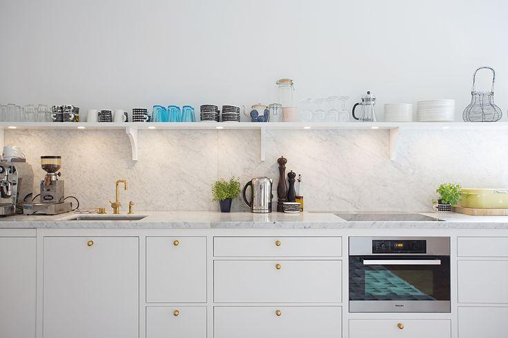 хочу чтобы у меня на кухне не было никаких навесных шкафов,вместо них, такие полки.