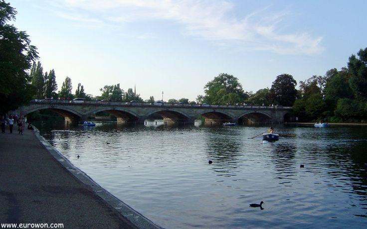 Puente de piedra sobre el lago del parque Hyde Park en Londres