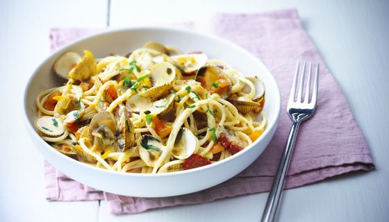 Tentez une nouvelle recette originale issue suite à un mariage des ingrédients entre terre et mer : Spaghetti aux coques, chorizo et Boursin. Ingrédients : 1/4 pot de Boursin Cuisine Ail & Fines Herbes Coques bien lavés 200 g de spaghetti 1 oignon 2 tomates 45g de chorizo 1 pincée de safran en poudre 2,5g de beurre 1 c. à...