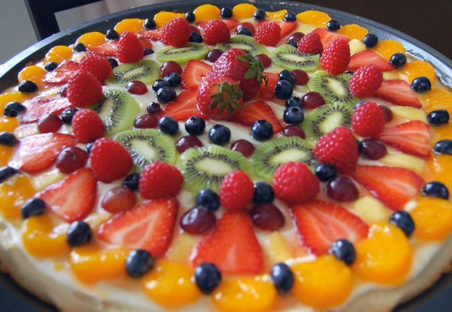 This delicious pizza with fruits and white chocolate is a delicious dessert that is quick and easy to prepare.