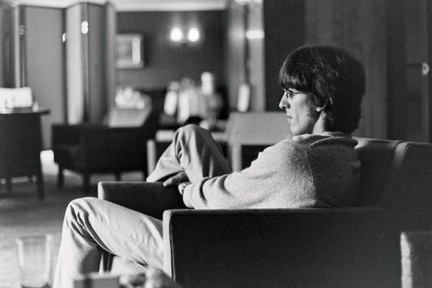 lente de Ringo captura John, Paul y George en momentos pensativos y lúdicas, presentándolos desde el punto de vista de una información privilegiada, amigo y fotógrafo experto. LA FOTOGRAFÍA