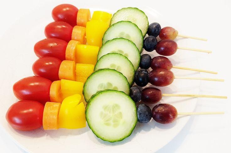 Kleurrijke fruit / groenten spiesjes voor als snack, bijgerecht bij de bbq of traktatie!https://www.mamaliefde.nl/blog/regenboog-groenten-en-fruit-spiesjes-traktatie/