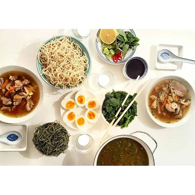 Miso'ish suppe med  kyllingkraft, løk, chili, hvitløk, ingefær og gulrot. Tilbehøret er spirulina nudler, egg, spinat, soyasaus, sitron og thai basilikum.  #snikgjest#miso#misoutenmiso#spirulina#spirulinanoodles#nudler#kyllingsuppe#kyllingkraft#chili#ingefær#hvitløk#soyasaus#thaibasil #thaibasilchicken#egg#eggs#soup#middagstips#suppe#matbloggsentralen#godtno#healthyfood#healthy#sunt