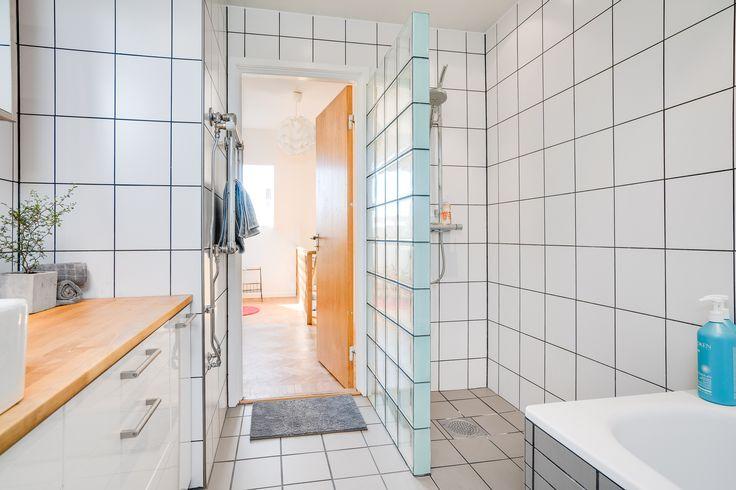 Badrummet är en renoverad och fin historia med takfönster för ljusets skull. Här finner du både badkar och dusch med takdusch, handfat med bänk och underliggande skåp med gott om förvaring, vägghängd wc-stol och handdukstork. Kaklade väggar och klinker på golv. Alla blandare är från danska Börma.