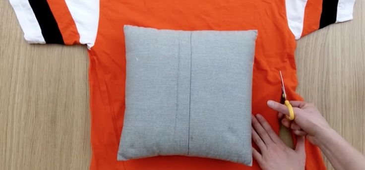 Make Throw Pillow Cover Without Sewing : How to Upcycle Old T-Shirts into Pillow Covers without ...