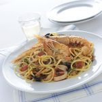 Gli spaghetti allo scoglio sono il primo piatto simbolo del mare e dell'estate. Prelibato e tutto da gustare. Scopri la ricetta di Sale&Pepe.