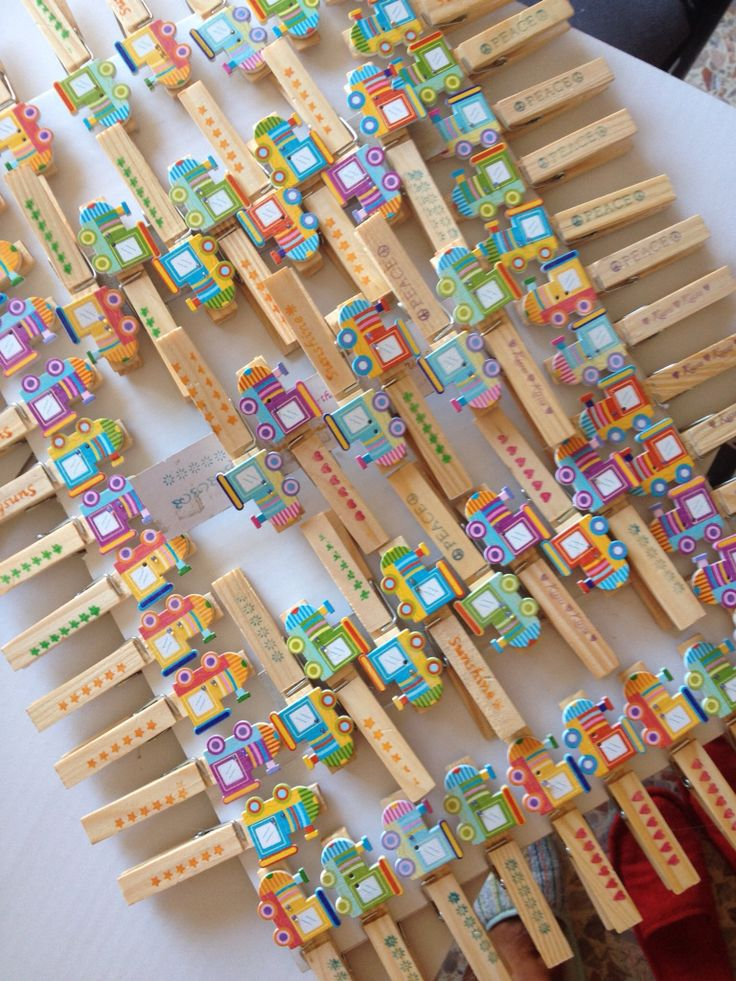 Mollette di legno chiudi-pacco, con tanto di bottone-treno incollato e scritta-timbro di Tiger per rifinire il tutto!  Facili ed economici...