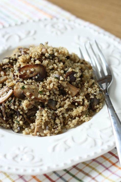 Reteta de mancare de quinoa cu ciuperci se pregateste usor si este ideala pentru o masa vegana sau de post.