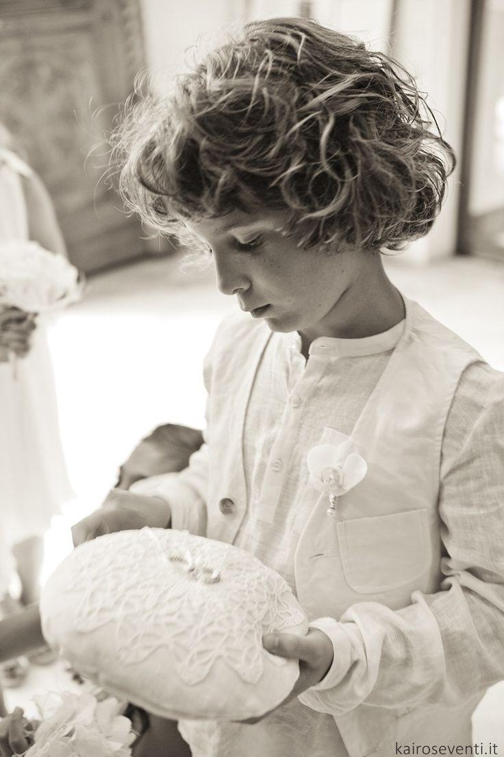 Paggetto con il cuscino delle fedi | Wedding designer & planner Monia Re - www.moniare.com | Organizzazione e pianificazione Kairòs Eventi -www.kairoseventi.it | Foto Oscar Bernelli