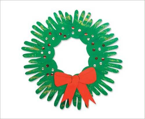 childrens christmas wreath. Love this! I want one with all my kids, their spouses and my grandkids hands. That would be awesome.