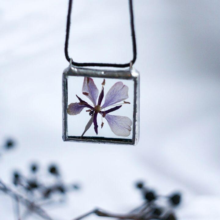 А я продолжаю делиться тем, что есть в наличии)  Это очаровательная подвеска с интересным сиреневым цветком   Не маленькая, но и не крупная, 3х3см   .  .  #stainedglass #glass #jewelry #necklace #pendant #flowers #terrariumjewelry #herbarium #herbariumjewelry #glassjewelry #bohojewellery #bohojewelry #bohemianjewelry #украшенияручнойработы #украшения #ручнаяработа #гербарий #витраж #тиффани