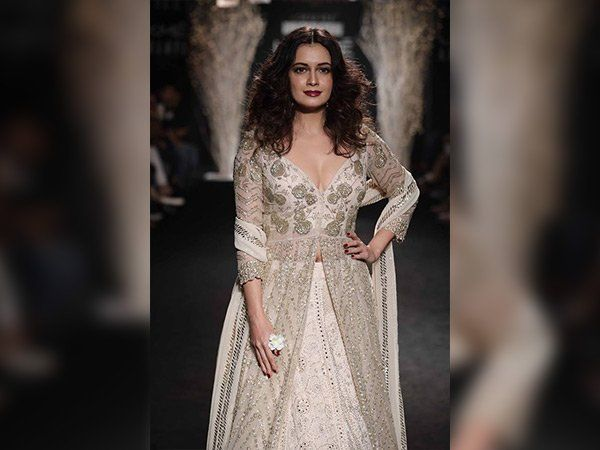 Catch Gorgeous #DiaMirza In Traditional Outfit At #LakmeFashionWeek #lakmefashionweek2017  #LakmeIndia  #Fashion