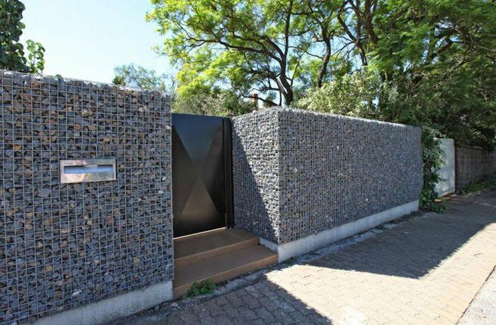 entrada principal con rocas