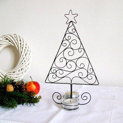 """svícen stromeček Tento drátovaný svícen """"stromeček"""" je vhodný i na menší stůl, jelikož nezabere moc místa. Vytvoří tak pěknou a romantickou dekoraci na Vašem vánočním stole :o) Koncipován je na dvě čajové svíčky, které jsou umístěné ve skleněných kalíšcích. V ceně je zahrnuta i cena skla, které dodám spolu se stromkem. ..."""