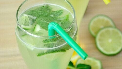 citroen-water-munt-gember-komkommer-  Door de combinatie van deze reinigende en ontstekingsremmende ingrediënten kunnen we de spijsvertering verbeteren en vet verbranden gedurende de dag.