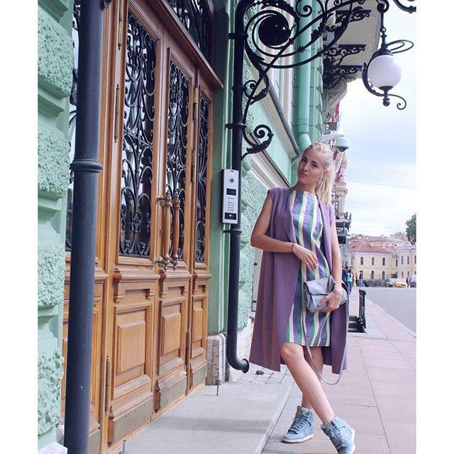 Привет, август!  Твое тепло нам просто необходимо, а то во что остается верить, кроме как Деда Мороза?  На фото мое любимое сочетание цветов. Нравится?❤️  А какие цвета заставляют твое сердце биться сильнее?  ✂️Хлопковое платье ручной работы в наличии на 40-42 размер (7.800)  #apolyanskaya_на_модели #apolyanskaya_вналичии #apolyanskaya_платья #красотаспасетмир #стиль #накаждыйдень #платьефутляр #spb #musthave #saintp #приветавгуст #последниймесяцлета #август