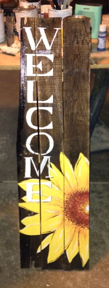 Sunflower welcome sign made of pallet wood. #DIY #decor
