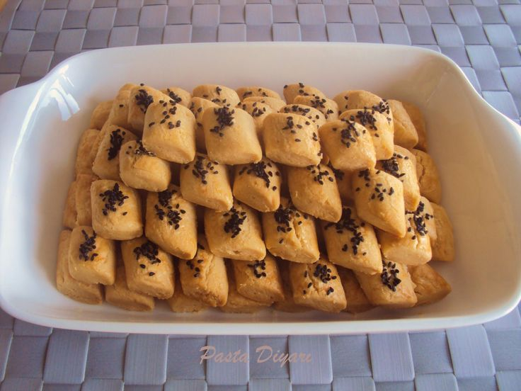 Bu muhteşem kurabiyelerin tarifi İzmirli Yemek Bloğu Yazarları toplantısında tanıştığım sevgili arkadaşım Sibel'e  ait. Kıtır kıtır, a...