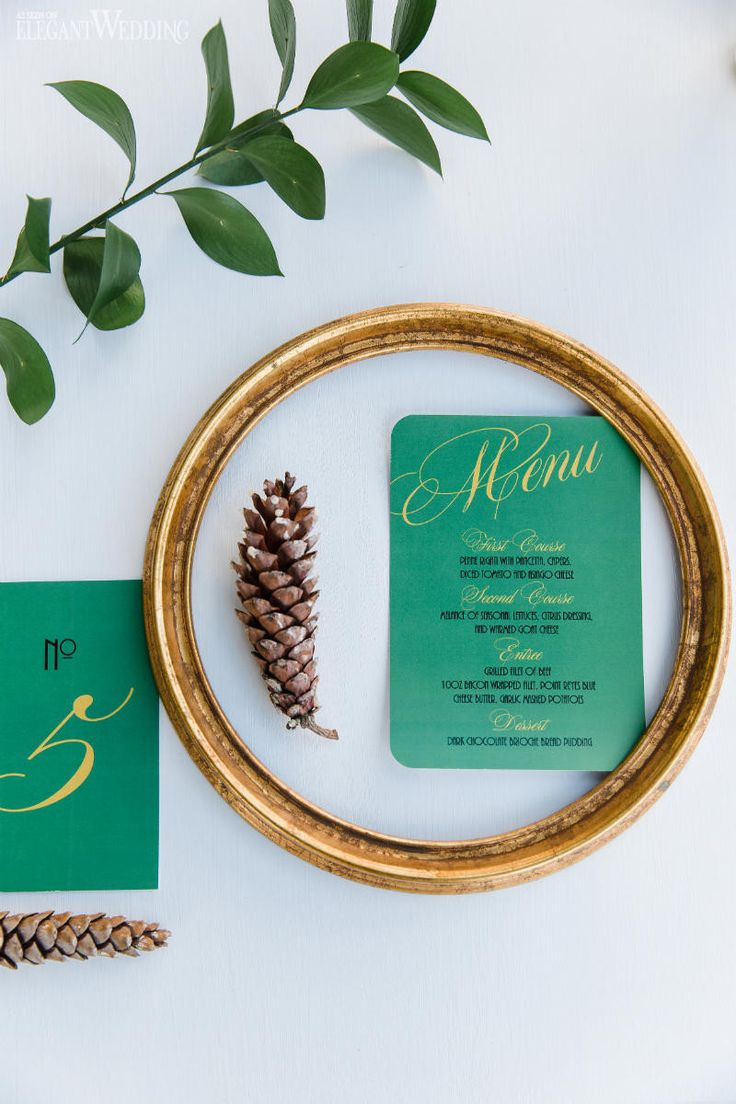 松ぼっくりと深い緑がクリスマス感を演出♡ 冬の結婚式のメニュー表アイデア。
