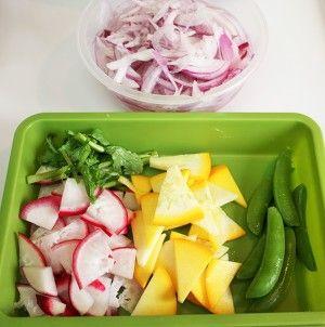 胡麻ドレッシングde新玉ねぎと彩り野菜のサラダ by kitten遊び ... 玉ねぎは薄くスライス、ラディッシュとズッキーニは半月切り、スナップエンドウはすじを取って軽く茹でる
