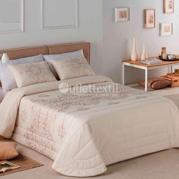 Colcha LISA Sandeco. Presenta una cenefa central de estilo damasco que le dará un toque señorial a tu habitación. Anímate al cambio y renueva tu ropa de cama con las nuevas creacions de la firma Sandeco.