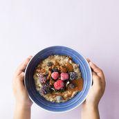Quinoa, flocons d'avoine et sarrasin aux biscuits Oreo®, aux baies surgelées et au caramel au beurre salé