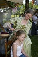 Vroeger hadden rijke dames een kapster aan huis. Deze dame wist alles over de laatste mode en zorgde ervoor dat haar klant er prachtig uitzag. Wil je ook een historisch kapsel, huur dan de historische kapsalon in. Heel geschikt voor kinderen (meisjes). - See more at: http://historischhuren.nl/object/beleef-het-verleden-kapster/#sthash.CoAiZZs3.dpuf